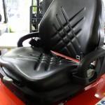 Komfortowy fotel z podporami biodrowymi, amortyzacją i pełna regulacją: do przodu/tyłu; pochylanie oparcia, reglacja siły amortyzacji fotela