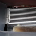Oddzielne chłodnice zmniejsząją koszty napraw w przypadku ich mechanicznego uszkodzenia. Wymieniamy tylko uszkodzoana chłodnice, a nie obie na raz