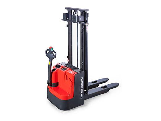Stacker elektryczny Noblelift 1,6 t maszt 3,2 m lub 4,6 m; wolny skok